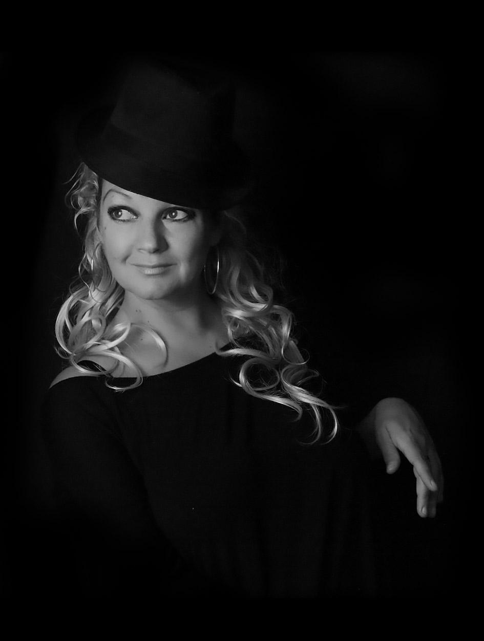 Alexandra Stegh Singer-Songwriter, Modaretor, Author, Painter